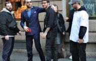 Stefano De Martino passeggia per le strade di Milano: selfie e sorrisi per l'uomo più desiderato del momento
