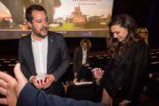 Prima uscita pubblica di Matteo Salvini e Francesca Verdini: sorridenti insieme all'anteprima di
