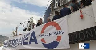 Nave Jonio salva migranti e sbarca a Lampedusa: la procura apre un'inchiesta per favoreggiamento all'immigrazione, tra polemiche a non finire