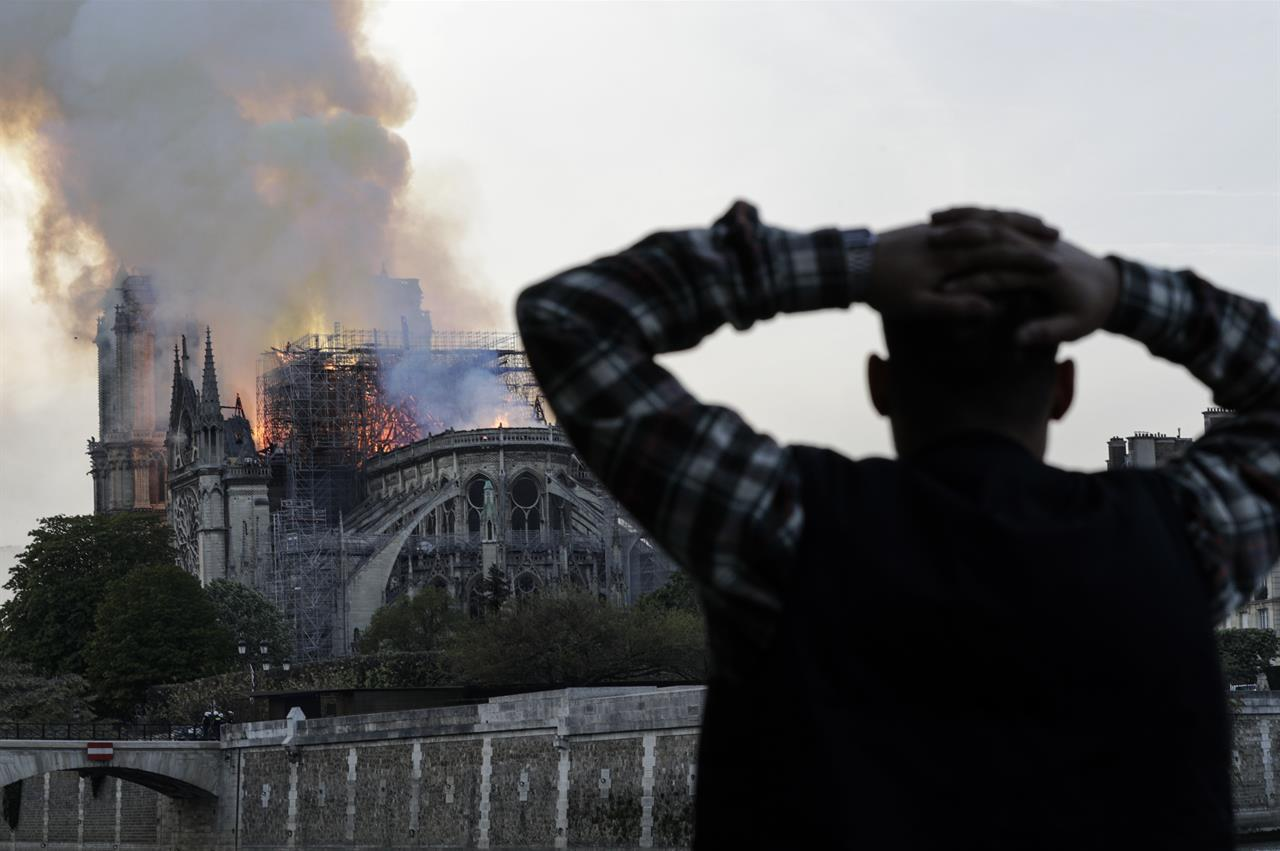 Il devastante incendio alla Cattedrale di Notre-Dame: Parigi piange e un pezzo di storia se ne va (FOTOgallery)