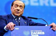 Silvio Berlusconi cade a Zagabria nella calca per i selfie: solo una leggera contusione per il leader di Forza Italia