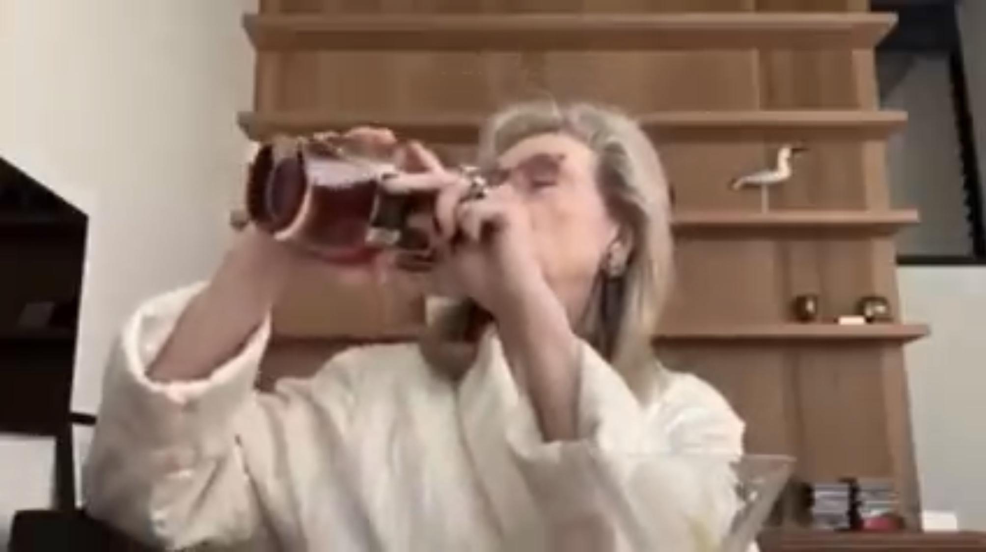 La diretta video di Meryl Streep che canta e beve in accappatoio bianco: il popolo di Zoom impazza (VIDEO)