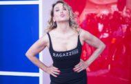 La foto di Barbara D'Urso in costume da bagno rosso scatena il web: la conduttrice appare su Instagram in un'immagine fake con un corpo non suo