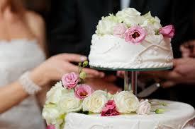 Mangia un pezzo di torta e muore nel giorno del suo matrimonio: giovane sposa russa deceduta per shock anafilattico
