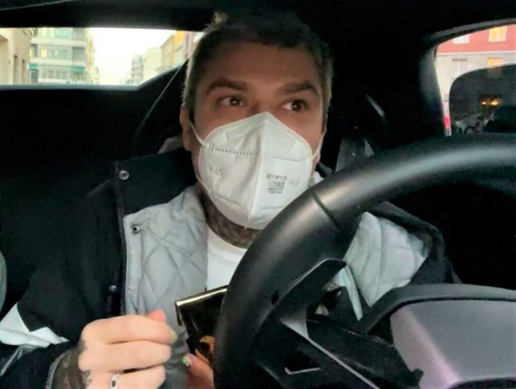 Beneficenza in Lamborghini: Fedez regala 1000 euro a 5 sconosciuti di Milano. (VIDEO)