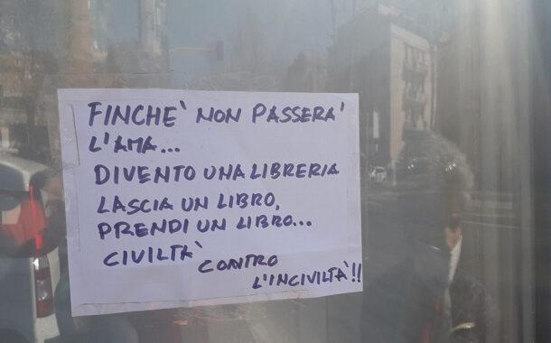 Un frigorifero abbandonato diventa una biblioteca: il gesto d'amore di alcuni cittadini a Roma
